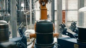 Het maken van koolstofgloeidraden bij de installatie stock footage