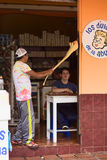Het maken van Melcocha in Banos, Ecuador Stock Afbeelding