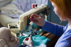 Het maken van met de hand gemaakt speelgoed stock foto's