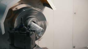 Het maken van metaaldelen op de draaibankmachine bij de fabriek, industrieel concept stock videobeelden