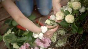 Het maken van mooie bloemensamenstelling stock footage