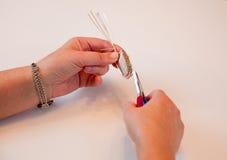 Het maken van naar huis gemaakte juwelen Stock Foto