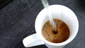 Het maken van onmiddellijke koffie stock video