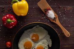 Het maken van ontbijt met verse eieren Stock Afbeeldingen