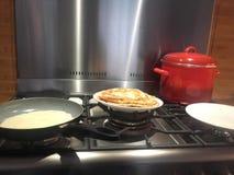 Het maken van pannekoeken in de keuken Royalty-vrije Stock Afbeeldingen
