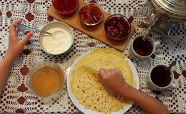 Het maken van pannekoeken op Vastenavond Royalty-vrije Stock Foto