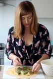 Het maken van pastei stock afbeelding