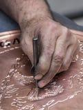 Het maken van patroon op koperdienblad, Gaziantep, Turkije Stock Foto's