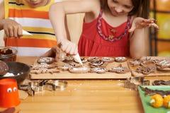 Het maken van perfecte koekjes Stock Foto's