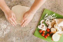 Het maken van Pizza Royalty-vrije Stock Afbeeldingen
