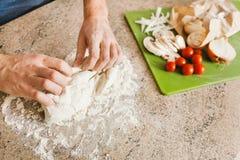 Het maken van Pizza Stock Foto's