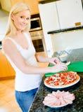 Het maken van Pizza Stock Afbeeldingen