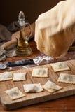 Het maken van ravioli, Italiaanse keuken en gluten-vrij Het werk met bloem Stock Foto