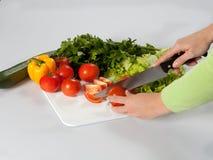 Het maken van salade Stock Fotografie