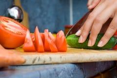 Het maken van salade royalty-vrije stock afbeelding