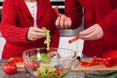 Het maken van salade voor diner Stock Foto's