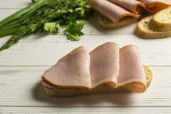 Het maken van sandwich Stock Afbeeldingen