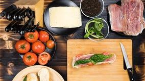 Het maken van sandwiches bij de keuken Royalty-vrije Stock Foto's