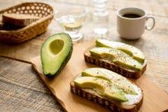 Het maken van sandwiches met avocado gezonde natuurvoeding stock afbeeldingen