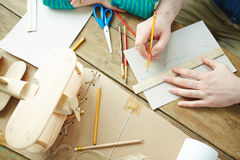 Het maken van schets van stuk speelgoed vliegtuig Royalty-vrije Stock Fotografie