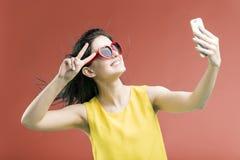 Het maken van Selfie op Telefoon stock foto