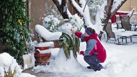 Het maken van sneeuwman stock video