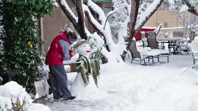 Het maken van sneeuwman stock footage