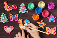 Het maken van speelgoed voor Kerstmisdecoratie van zout deeg Stap 7 stock fotografie