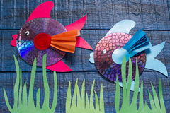 Het maken van stuk speelgoed vissen van CD Met de hand gemaakte children& x27; s project Stap 1 Royalty-vrije Stock Fotografie