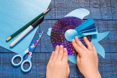 Het maken van stuk speelgoed vissen van CD Met de hand gemaakte children& x27; s project Stap 9 stock afbeeldingen