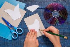 Het maken van stuk speelgoed vissen van CD Met de hand gemaakte children& x27; s project Stap 2 Royalty-vrije Stock Foto