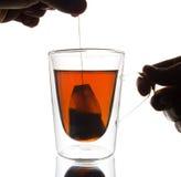 Het maken van thee Stock Afbeeldingen