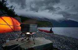 Het maken van thee en koffie met een gaskooktoestel Vaag silhouet van een mens op achtergrond stock foto's