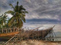 Het maken van traditionele boot Phinisi in Tanaberu, Zuiden Sulawesi, Indonesië, Azië stock foto's