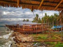 Het maken van traditionele boot Phinisi in Tanaberu, Zuiden Sulawesi, Indonesië, Azië stock afbeeldingen