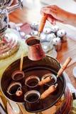 Het maken van traditionele Griekse/Turkse zwarte koffie op zand Royalty-vrije Stock Foto