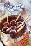 Het maken van traditionele Griekse/Turkse zwarte koffie op zand Stock Fotografie