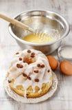 Het maken van traditionele Pasen-cake Stock Foto's