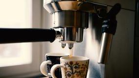 Het maken van twee koppen van espresso stock video