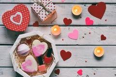 Het maken van Valentine-schoonheidsgift Diverse badtoebehoren Punten voor het kuuroord in roze kleur De achtergrond van de valent royalty-vrije stock foto