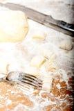 Het maken van verse Italiaanse aardappelgnocchi Royalty-vrije Stock Foto's
