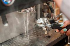 Het maken van verse koffie Stock Foto's