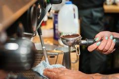 Het maken van verse koffie Royalty-vrije Stock Foto's