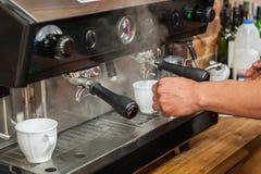 Het maken van verse koffie Royalty-vrije Stock Foto