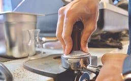 Het maken van verse koffie stock foto