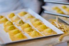 Het maken van verse ravioli en deegwaren stock foto