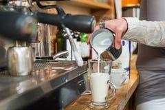 Het maken van verse recente koffie Stock Afbeelding