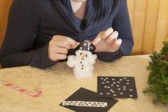 Het maken van wattensneeuwman Stock Afbeelding