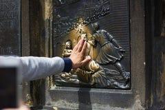 Het maken van wens op St John van Nepomuk-Standbeeld royalty-vrije stock fotografie