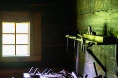 Het maken van workshop in oude kelderverdieping royalty-vrije stock foto